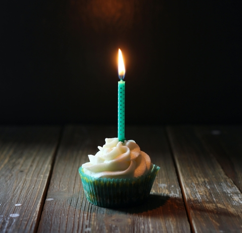 birthday candle angele-kamp-poH6OvcEeXE-unsplash